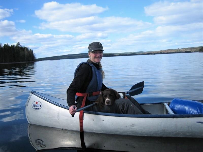 Sandra Verrillo zittend in een kano samen met haar hond Max op het Glaskogen meer in Zweden