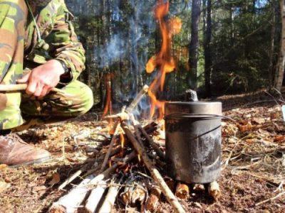 Cursus Trekkingschool met navigatie, bushcraft en survival in Zweden. Onderdeel eten maken in een billycan op zelfgemaakt kampvuur. Met Northern Pioneers wildernistrekkings.