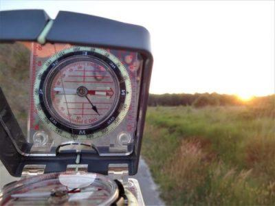 Koers schieten met kompas tijdens cursus navigatie voor wildernis- en berggebieden van Northern Pioneers wildernistrekkings