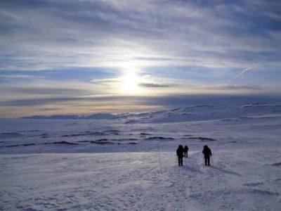 Deelnemers van Northern Pioneers wildernistrekkings maken een wintertocht op sneeuwschoenen door het sneeuwlandschap in Noorwegen
