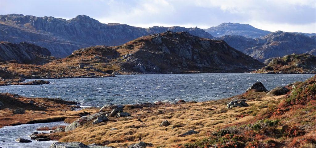 Ruig berglandschap met een grootte rivier in herfstkleuren in Noorwegen.