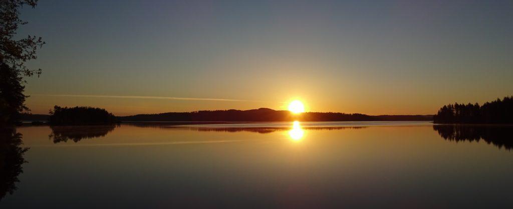 Zonsondergang over een groot meer in Zweden.