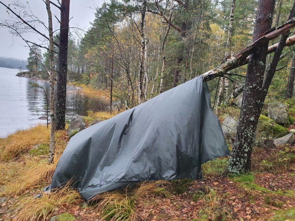 Drogen van de tarp tijdens solotrekking in Zweden