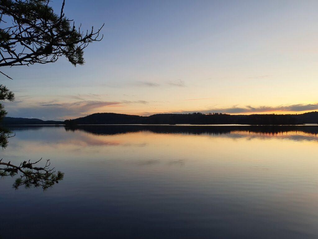 Tijdens de solotrekking in Zweden uitzicht over meer