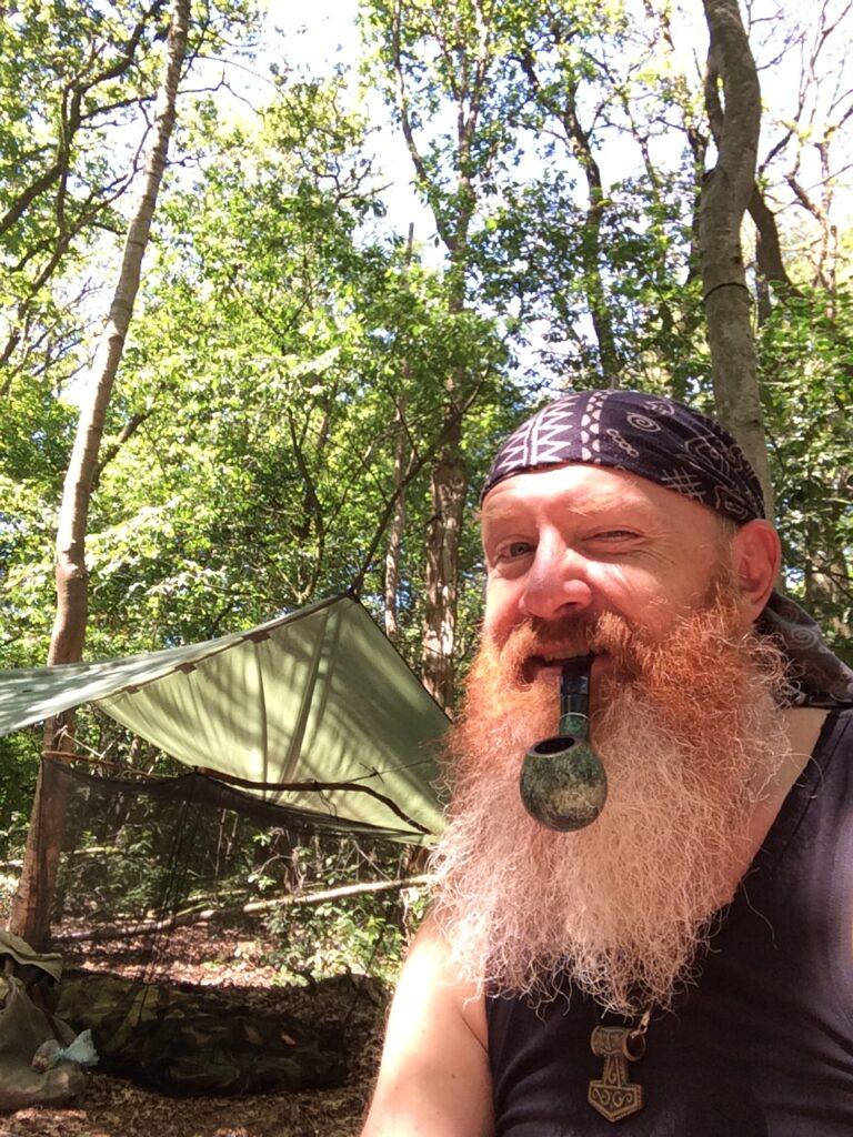 Bas Suir zit in het bos voor zijn tarp