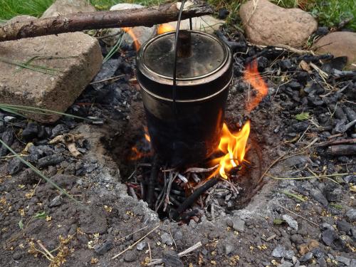 Koken in een billycan op het kampvuur.