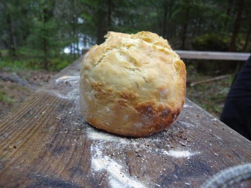 Brood bakken in een billycan op een kampvuur.