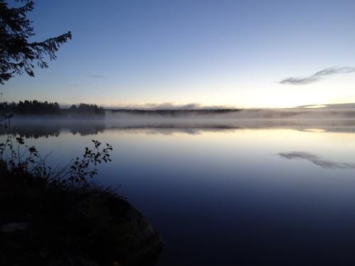 Uitzicht over een meer tijdens zonsopkomst in Zweden
