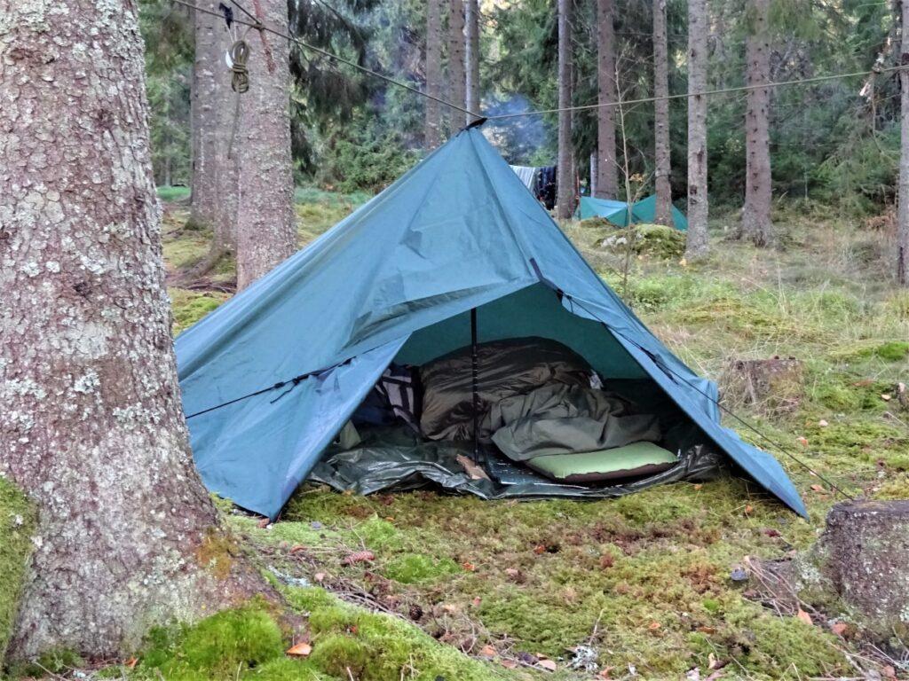 Na hiking kamperen onder een tarp in de bossen van de Harz Duitsland