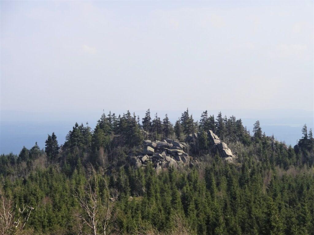 Tijdens hiking uitzicht op rotsen en dennen in Harz Duitsland