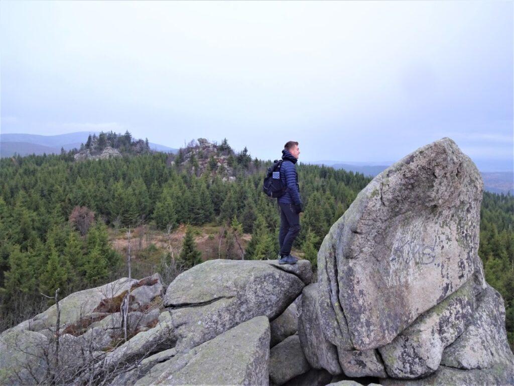Tijdens hiking staand op rotsen genieten van uitzicht over Harzgebergte Duitsland
