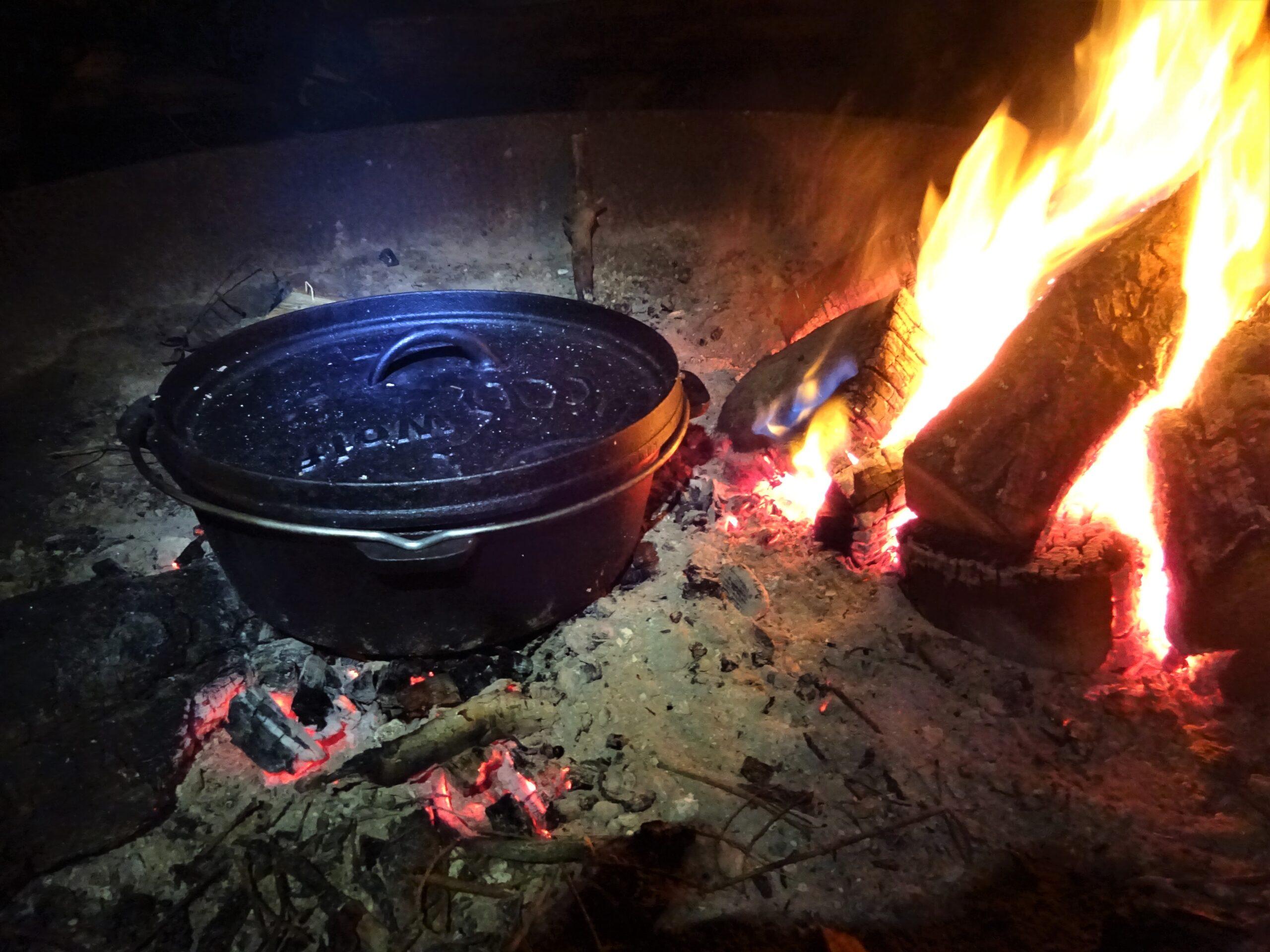 koken op kampvuur tijdens kamperen in de harz