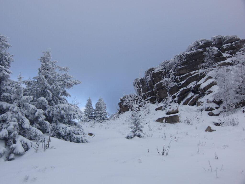 Besneeuwd landschap met rotspartij